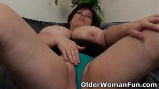 Μεγάλη όμορφη γυναίκα μαμά έχοντας σόλο σεξ με ένα δονητή