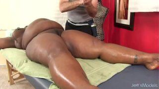 Το Big Bellied Black Chick Daphne Daniels παίρνει ένα σεξ μασάζ