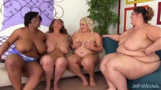 Négy kövér lány örül egymásnak és egy szerencsés fickó