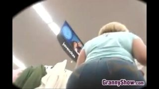 Nonna con un culo enorme che fa un po 'di shopping