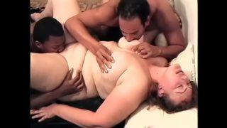 두 명의 백인 특대 여성 카우걸과 솜사탕 구걸하는 남자들이 옆집에 살면서 거대한 동으로 빌어 먹을 구멍을 뚫습니다.